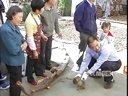【拍客】野生猕猴闯进农家村民抓住民警放生视频