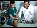 护士实拍李克强轻声安慰地震女伤员