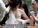 外拍婚纱照新娘当众露点走光!