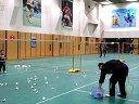五岁小朋友在练羽毛球