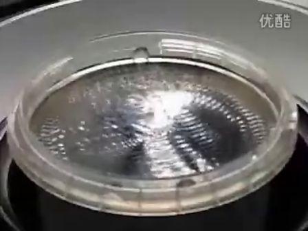 大开眼界!声音震动引发各种形状水波纹