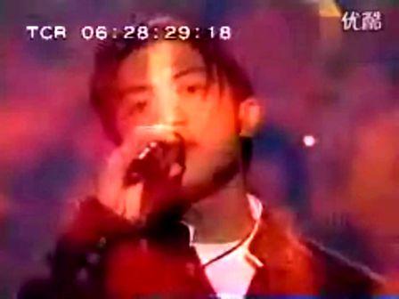 谢霆锋坐在陈冠希和张柏芝中间唱歌 王菲也在场