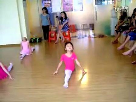 舞蹈老师压腿 – 搜库
