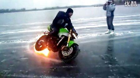 视频封面:摩托车冰面漂移加喷火特效耍帅最后翻车