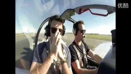 实拍恐高症人坐飞机兜风吓得又叫又骂