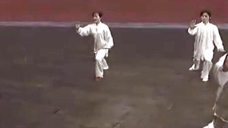 24式杨式太极拳吴阿敏教学片1-2-视频:《24式思品专辑教学图片