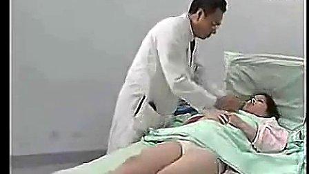 男医生给美女做全身检查