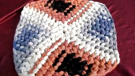 纯手工编织而成   旧毛线编织地垫的方法图解   手工旧毛线编高清图片