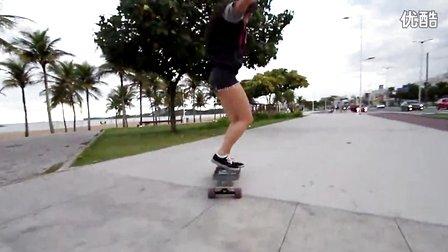 在滑板上跳舞的女孩