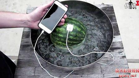 这也行?老外用西瓜为手机充电