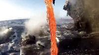 超近距离拍摄岩浆流入大海