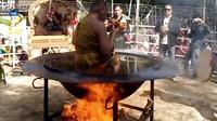 泰国和尚在烈火燃烧的油锅里打坐