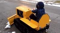 技术宅老爸给儿子造了一台迷你推土机