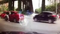 男子逼停女司机暴打 路人劝阻反遭捅伤及暴打前情