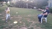 涨姿势!机智的老爸用钓鱼竿陪儿子玩棒球