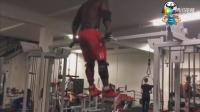 黑人男子健身房狂吃蛋白粉挑釁教練, 下場好慘