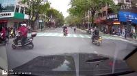 轎車亂穿路口,撞翻摩托車