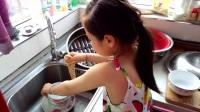 心疼媽媽的女兒洗碗2017