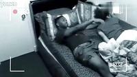 监拍男子睡梦中遭无形外力翻身扒裤